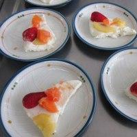 今日のケーキ・・・黒糖マドレーヌとイチゴのゼリー