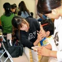 「メークして外に出よう」 佐賀女子短期大生、障害者に手ほどき