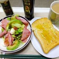 昼食はパンが多いが巻きずしの日もあります。
