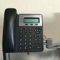 モニターアームに電話機を取り付ける
