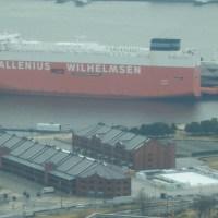 大桟橋に初めての大型自動車運搬船