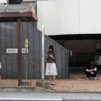 バスを待つ人たち