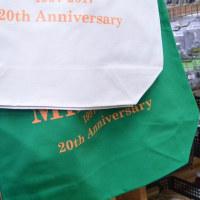 20周年記念のトートバッグはお買い物にも使えるサイズ