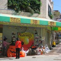 草薙商店街と静鉄電車(2016年10月16日 もうすぐハロウィン)
