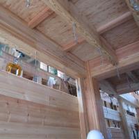 おおよそ3000平米もある建物にログハウスの壁体を利用