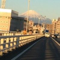 夕陽を浴びた富士山が 真正面に