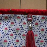 タッセル飾りの付いた、マチ付の巾着
