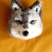 オオカミのブローチ