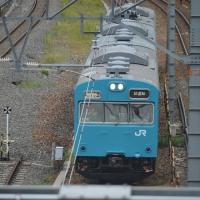 青い電車が岸辺のお昼に