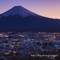 新倉山の夕景富士と町並み