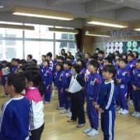 全校朝礼で歌を歌いました! 図書クイズをしました!