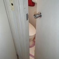 内側に開くトイレの扉を中折れ扉に取り換えました