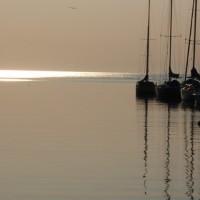 夕暮れのヨットハーバー。