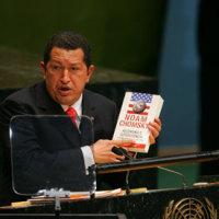 強いものに跪くアベ、強い者に屈しなかったチャベスの死を悼む。