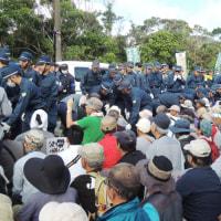 【10/5高江】250名がゲート前に座り込んだが、機動隊が強制排除…強制排除した人たちを、大型バス2台の間に押し込み、排気ガスを