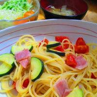 ベーコン、ズッキーニ、トマトのスパゲッティ