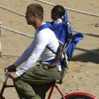 ザハラちゃんをおんぶして自転車に乗るブラピ
