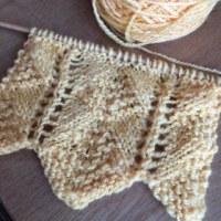 マフラーを編み始めました。