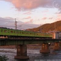 夕焼けの宇治川を103系ウグイスが渡る。