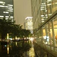 ガラス広場の雨