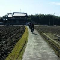 初の輪行(自転車を分解して電車で移動)終了。晴天に恵まれ、田畑を駆け抜け、楽しい仲間との出会い、これではまらん奴はおらんやろ・・(^^;