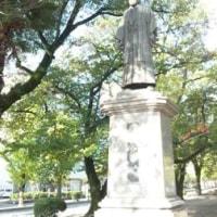 青空の下の稲葉三右衛門像