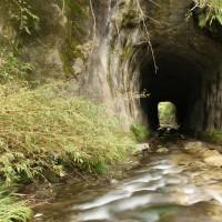 大塚山の麓の三条の大穴