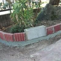 庭へ赤色ブロック