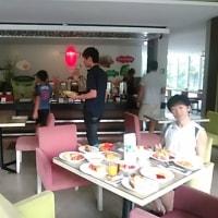 本日はHISの香港航空で行くバリ島5日間39800円の2日目・ホテルで朝食とプール。