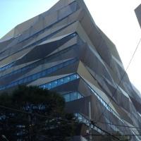 ややこしいバルコニーデザインの建物です