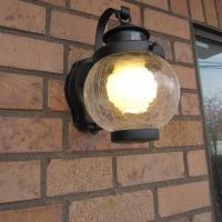 レンガブリックの外壁にアンティーク調ひび割れガラスのブラケットライトを取付しました