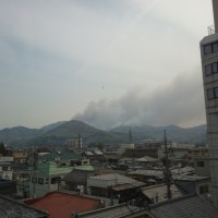 群馬・黒川ダム近く ヘリでの消火活動続く 診療所からの写真