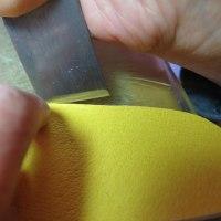 心を込めて作ります。 革の切り出し・縫いもすべて手作業のファーストシューズ。