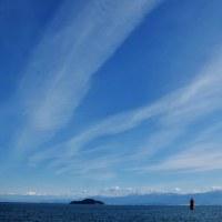 今治市の唐子浜の赤灯台と雪山のコラボ
