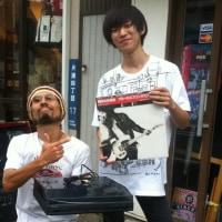 湘南「江の島」でも俺「Mash」の店は同じだ!早速、大学生「コウヘー」がレコード・プレイヤーと大名作、そう、「あの盤」をお買い上げだぜ!う~ん、HOT!