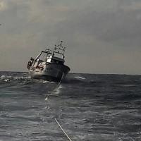 故障した船がCarbonerasに曳航された