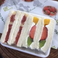 いちごのレアーチーズケーキとフルーツサンドイッチ