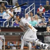 青木、七回に二塁打 田沢は満塁本塁打浴びる