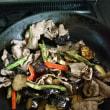 夏野菜と牛肉炒めに ぴりっとあらびきチリペパー