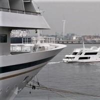 春を迎えた大桟橋「飛鳥Ⅱ」入港、(2017春)。