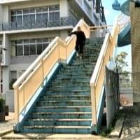 階段の下りは、手すりを持って、下りるスピード力を早くしています