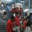 「悠久のインド9日間」№73 ブサワール駅到着荷物はポーターが
