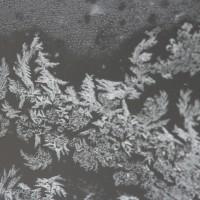 2重窓の外のガラスの氷の華