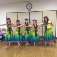 敬老会でフラダンス