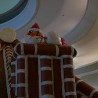 お菓子のおうちの煙突にサンタがいました!