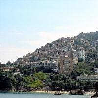 南米の山の斜面の貧民街の光景に胸が痛む