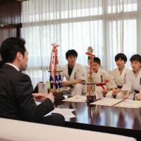 第10回JKJO全日本ジュニア空手道選手権大会に出場された三間太智さん、河合春陽さん、若林泰輝さん、南方海至人さんに箕面市長表彰!