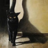 尾を高く上げて歩く黒猫