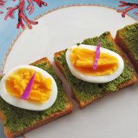 茹で卵とケールのジェノベーゼソースのタルティーヌ