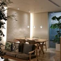 住まいの新築工事設計デザインで建材選択の途中・・・・照明器具で変化する空間の魅力を思考しつつ、扉で楽しむコレクション棚のあるLDK空間に。